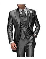 pieza de esmoquin gris carbón al por mayor-Traje de los hombres de color gris carbón de solapa aplanada 3 piezas 1 botón Novio Tuxedos traje de boda para hombres Set por encargo (chaqueta + pantalones + chaleco)