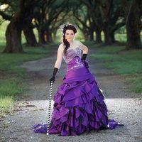 vestidos de noiva roxos pretos venda por atacado-Alternativa Gótico Roxo e Preto Vestidos de Noiva Vestido de Baile Cetim Frisado Bordado Coração Corset Picks-up Halloween Vestidos de Noiva