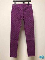 vaqueros de moda púrpura para hombre al por mayor-Vaqueros para hombre Pantalones Cartas impresión púrpura dril de algodón pantalones vaqueros de la manera para hombre de la cremallera del bolsillo de Cartas apenada rasgado del motorista Brand Jeans * 9