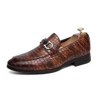 low heeled formale schuhe großhandel-Herren Abendschuhe Business Formelle Schuhe Keilabsatz Loafers Low Top Slip On Casual Leder Lazy Fake Schuhe für Männer Schwarz Rot Braun