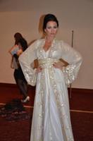 neues arabisches kaftan kleid großhandel-2019 New Muslim Dubai Kaftan Abendkleider Spitze V-Ausschnitt Langarm Weiß Kristall Perlen Bling Spa Pagerkle Arabische Schärpen Formale PromGowns