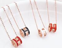 ingrosso pendente di lettera h-2019 squisita collana rotonda clavicola trifoglio nuovo acciaio al titanio accessori moda ciondolo oro rosa lettera H all'ingrosso