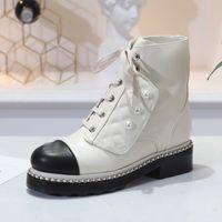 bottes en cuir verni blanc femmes achat en gros de-Haute qualité Designer Chain Patent Bottines Femmes bout rond en cuir blanc noir bottes de moto bottes de perles des femmes