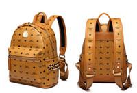 bolsa de viaje para adolescente al por mayor-Mujeres y hombres mochila de cuero genuino mochila escolar para adolescentes remache punky femenino bolsos de viaje de oro negro bolsos mujer