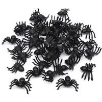 brinquedos de aranha realistas venda por atacado-50 Pcs Útil Aranha Preta de Plástico Decoração de Halloween Suprimentos Festival Engraçado Brincadeira Brinquedos Decoração Realista Prop Venda Quente