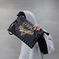 ingrosso modelli a mano in pelle-Commercio all'ingrosso uomini borsa di marca modello personalità uomini e donne borse tendenza di strada rivetti borse a mano in pelle stampa moda spalla Messen