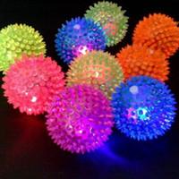 мигающие резиновые шарики оптовых-1шт мигающий свет щенок собака кошка домашнее животное ежик резиновый шарик колокол звуковой шар забавная игра игрушка из светодиодов свет скрипучие жевательные шарики