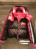 braune, heiße rosa jacke großhandel-Neues Design Damen-star gleicher Runway Mode mit Kapuze FF Buchstabedruckes Stil warmen Baumwolaufladungen gepolsterten Parka Kurzmantel casacos S M L locker nach unten