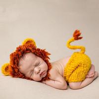 süße baby mädchen requisiten großhandel-Mädchenjungenfotoaufnahmezubehörhäkelarbeithut des niedlichen Babyfotografiestützen-Löwekostüms neugeborenes fotografia Weihnachtsbabyduschengeschenk