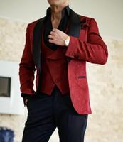 groomsmen tuxedos venda venda por atacado-Hot Sale Burgundy Embossing noivo smoking preto de veludo lapela Groomsmen Wedding Dress Best Man Jacket Blazer 3 peça naipe (jaqueta + calça + Vest)