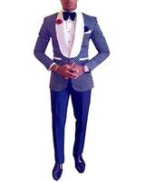 yay kravat beyaz ceket toptan satış-Lacivert / Siyah / Kraliyet Mavi Groomsmen Damat Smokin Şal Beyaz Yaka Erkek Takım Elbise Düğün İyi Adam (Ceket + Pantolon + Papyon)