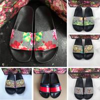 mens flip flops moda toptan satış-En Kaliteli 2019 Yeni Tasarımcı Erkek Çiçek brokar Terlik Moda Bayan Kauçuk Sandalet Flats Geniş Slaytlar Kadın Çevirme 36-45