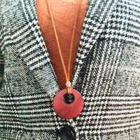 цепочки для мужчин оптовых-Двойной деревянный круг подвески ожерелья старинные длинный свитер цепи простой дикий кожаный шнур мужчины женщины ручной работы резьба ювелирные изделия 15 шт.
