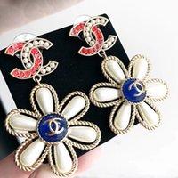 regalos de perlas para las mujeres al por mayor-Venta caliente Top pendiente de gota de encanto de material de latón con perla y logo Stud Pendiente de la joyería para las mujeres regalo gota envío PS5787