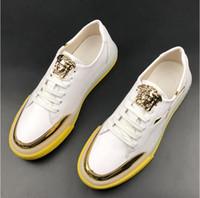 diseños de zapatos de cuero italiano al por mayor-Primavera Hombres Zapatillas de deporte casuales Diseño de lentejuelas Brillante diseñador de cordones zapatos Estilo italiano hombres PU cuero blanco Negro Color para hombre zapato Casual W327