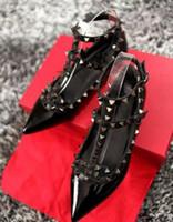 los mejores zapatos de boda de tacón bajo al por mayor-Marca de fábrica de las mujeres bombas de punta estrecha zapatos de mujer de moda remaches de cuero genuino de la correa del tobillo sandalias zapatos 35-42