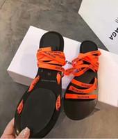 cuñas planas mujeres al por mayor-Studs elegantes Pyraclou rojo sandalias de las cuñas para la señora de las mujeres planas de lujo diseñador caminar correa del tobillo zapatos de mujer