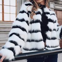ingrosso scaldino del collo della pelliccia nera-Moda nero a strisce bianco Faux Fur Coat Autunno Inverno a maniche corte Giacca donna O-Collo cappotti caldi più il formato