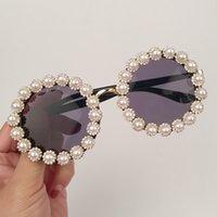 tons redondos para homens venda por atacado-MONIQUE Rodada Óculos De Sol Das Mulheres Do Vintage Pérola Strass Óculos De Sol Da Marca Designer Retro homens óculos de Sol Óculos Mulheres Shades