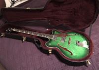 guitare électrique corps creux vert achat en gros de-Gret 4 cordes corps creux vert foncé Dark Edge guitare basse électrique Pickguard doré, incrustation de pouce perle blanche, matériel chromé