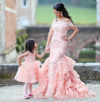 en iyi çocuk elbisesi elbisesi toptan satış-Omuz Dantel Kılıf Kadınlar Gelinlik Modelleri İnce 2020 Anne Ve Kızı Best Off Parti Gowns Sevimli Çiçek Kız Elbise Çocuk Wear Eşleştirme