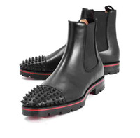 botas de tacón bajo al por mayor-Moda Top Luxury Men Boots Red Bottom Design Hombre Botines Tacones bajos Gamuza de cuero genuino con remaches Melon Spikes Flat Short Knight Bo