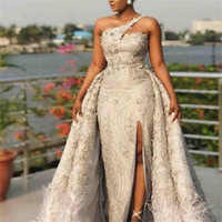 vestidos de baile de penas azuis venda por atacado-Africano Plus Size Vestidos de Baile de Um Ombro 3D Apliques Rendas Overskirts Vestido De Noiva Sexy Frente Dividir Penas Beads Sereia Vestidos de Noite