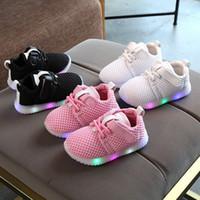 8b7b4c4c1 Новорожденный малыш детские светящиеся кроссовки младенческой мальчики  девочки дети загораются обувь Мода мокасины Спорт работает светодиодные ...