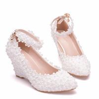 gelinler beyaz pompa düğün ayakkabısı toptan satış-Beyaz Çiçek Kadın Düğün Ayakkabı Dantel İnci Yüksek Topuklar tatlı gelin Elbise Ayakkabı Kornişleme takozları topuk Pompalar
