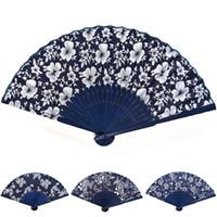 abanico de tela china al por mayor-Ventilador de mano de tela azul de diseño chino de estilo clásico con marco de bambú azul teñido Favor de fiesta de boda