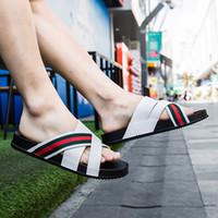 kore erkek sandalet toptan satış-2019 Terlik erkek yaz açık kelime sürükle plaj sandalet balıksırtı sandalet Kore moda rahat kişilik gelgit giymek