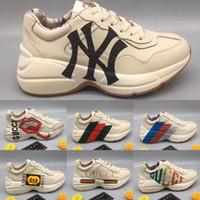 klassische wanderschuhe großhandel-Rhyton Web Print Leder Sneakers Designer Herren Damen Freizeitschuhe Klassische Weiße Leder Dicke Sohle Oversize Dad Schuhe Outdoor Wanderschuhe