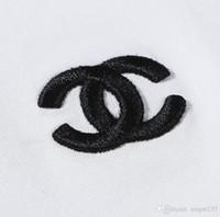 camiseta rayada blanca negra al por mayor-2019 Nuevo diseñador de camiseta para hombres, mujeres, manga corta, algodón, rayas, cuello redondo, cuello, carta, impresión, camisetas casuales, negro / blanco