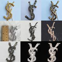 eski takı aksesuarları toptan satış-Kadınlar Tasarımcı Mektubu Broş Vintage Mektubu Lüks Broş Takım Yaka Pin Moda Takı Aksesuarları Toptan Fiyat