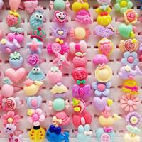 ingrosso anelli animali per bambini-Moda 100 pezzi / lotto misto plastica bambini anello gioielli regalo per bambini ragazze dei ragazzi animali dei cartoni animati frutta anello dito bambino