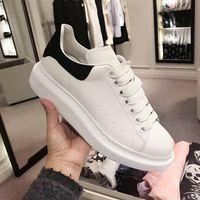 zapatos de cadena de oro de los hombres al por mayor-Diseñador negro blanco Queens marca cadena de gran tamaño zapatos casuales de cuero de moda para mujeres hombres negro oro moda zapatillas cómodas planas