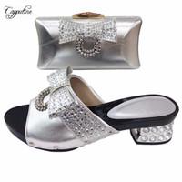 bolsas de zapatillas de fiesta al por mayor-Elegantes zapatillas africanas de plata y conjunto de bolso de noche para la fiesta T530-1 altura del talón 5,5 cm