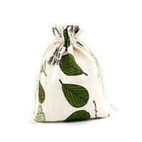 ingrosso disegno della borsa di lino-50pcs Leaf Design Sacchetti di cotone 10x14 cm Piccola bomboniera borsa di lino con coulisse Sacchetti regalo mussola gioielli imballaggio borse sacchetti