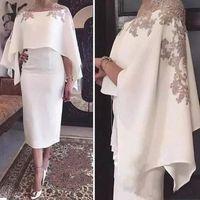 chal vestido de fiesta blanco al por mayor-2019 Cape Shawl medias mangas Vestidos de madre de la novia Apliques Longitud de té blanca Vestido de fiesta de cóctel Vaina