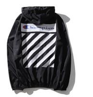 sudaderas blancas de verano al por mayor-Nueva mujer de verano para hombre marca lluvia abrigos chaqueta exterior informal sudaderas con capucha a prueba de viento y impermeable abrigos de protección negro blanco