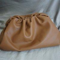 bolsa flexible al por mayor-2019 Las mujeres más nuevas de moda The Pouch Clutch Bag en Butter Calf Soft Oversize Clutch en piel de becerro excepcionalmente flexible