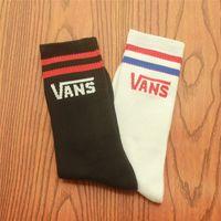 siyah beyaz çizgili üst erkekler toptan satış-Toptan Erkek Kadın Çizgili Çorap Hip Hop Çizgili Uzun Çorap Erkek Siyah Beyaz 2 Renk Çorap