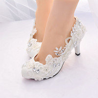 sapatos de noiva com toques redondos mulheres venda por atacado-Designer de Rendas Cristais de Noiva Sapatos de Casamento Para A Noiva 3D Floral Appliqued Sapatos de Salto Alto Plus Size Rodada Toe Strass Prom Mulheres sapatos