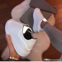 arka kutu toptan satış-Alexander McQueens Tasarımcı Erkek Kadın Sneaker Rahat Ayakkabılar Moda Akıllı Platformu Eğitmenler Aydınlık Floresan Ayakkabı Yılan Geri Deri ChaussuresWith Box