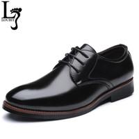 zapatos de cuero marrón para hombres al por mayor-Zapatos de cuero de hombre 2018 para hombre Oficina de negocios Zapatos de vestir para hombre Cordones sólidos Negro Marrón Zapatos de negocios formales Drop Shipper