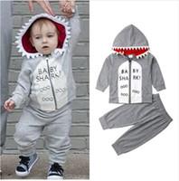 roupa do tubarão dos miúdos venda por atacado-Bebê Meninos Define Crianças Dos Desenhos Animados Tubarão Letras Ternos Casuais 2019 Novo INS Crianças Tubarão Com Capuz + Calças 2 pcs Roupas