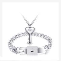 llavero colgante para hombre al por mayor-Pareja de acero inoxidable clásico Love Heart Lock brazaletes pulseras hombres clave colgante collar mujeres parejas conjunto de joyas