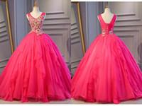 ingrosso abito di sfera rosa caldo dell'oro-Hot Pink economici Quinceanera Prom abiti 2019 Ball Gown scollo av oro impreziosito pizzo applique paillettes corsetto partito posteriore dolce 16 vestito