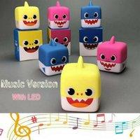 plastikwürfel babyspielzeug großhandel-3 Farben 5,5 cm LED Musik Cube Baby Shark Kunststoff Spielzeug Cartoon Musik Shark Actionfiguren Kinder Geschenke Neuheit Artikel CCA11530 180 stücke