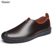 zapatos casuales de hombres de piel de vaca mocasín al por mayor-Zapatos de cuero para hombre Yomior 2017 Nuevos zapatos de diseñador casuales Sin cordones Controladores de moda Mocasines cómodos Mocasines de piel de vaca